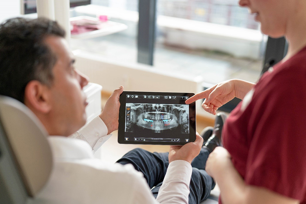 Patient mit medizinischem Personal und iPad-DXR